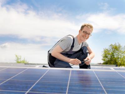 """Weidmüller """"PV-Stick"""": Der Photovoltaik Steckverbinder """"PV-Stick"""" erleichtert durch sein innovatives """"PUSH IN""""-Anschlusssystem Installationsarbeiten auf dem Dach. Die """"PUSH IN""""-Anschlusstechnik spart mehr als 50% Zeit bei der Verkabelung der Solaranlagen – ohne Einbußen bei der Qualität"""