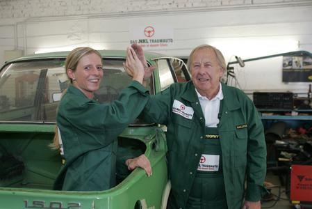 Susanne Monschau und Hans Schnock beim Restaurieren des NKL-Traumautos
