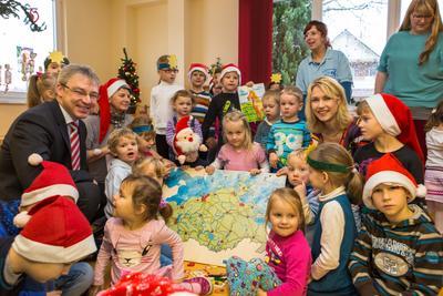 Die Kinder der Kindertagesstätte Neddelrad Spatzen erfreuen sich am WEMAG-Weihnachtsgeschenk, das von WEMAG-Vorstandsmitglied Thomas Pätzold und Sozialministerin Manuale Schwesig überreicht wurde. Foto: WEMAG/Rudolph-Kramer