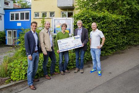 Spendenaktion Johannes-Falk-Haus: ITK Mitarbeiter mit Gerhard Gogel (2. v. r.) bei der Spendenübergabe vor dem Johannes-Falk-Haus.