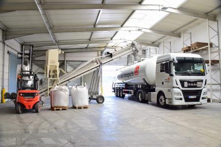 Nahezu täglich bedient die sht-Tochter Sievert Gass Relationen nach Frankreich, Spanien, Italien und in die Schweiz. Zum Einsatz kommen dabei sowohl Silo- als auch Planenauflieger. (Foto: Sievert Handel Transporte)