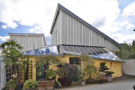 Für den modernen Veranstaltungsraum der Gartenmanufaktur Siegwarth in Singen-Bohlingen mit grünem Ambiente sind die Hanf-Akustikplatten innen wie gemacht (Foto: Caparol Farben Lacke Bautenschutz/Martin Duckek)