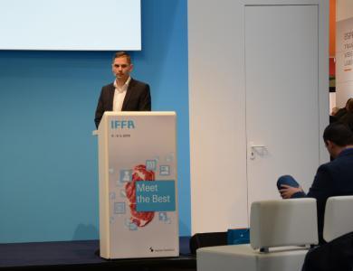 """Uli Hurzlmeier, Produktmanager X-ray bei Sesotec, hielt im Rahmen des IFFA-Forums zum Thema """"Food Safety"""" einen Vortrag über die Erkennung von Kunststoffen in Fleischprodukten mit Hilfe von Dual-Energy Röntgentechnologie. (Foto: Sesotec GmbH)"""