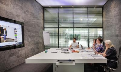 Auch in diesem Jahr dienten die Räumlichkeiten der Innovationsfabrik der WITTENSTEIN SE wieder als Auswahlzentrum für die hochtalentierten Teilnehmerinnen und Teilnehmer der Jubiläumsausgabe des 10. DEBUT Klassik-Gesangswettbewerbs / © DEBUT Concerts GmbH
