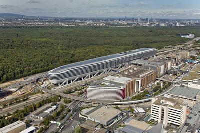 """Auf 86 Stützen scheint das stromlinienförmige Gebäude """"The Squaire"""" über dem ICE-Bahnhof des Frankfurter Flughafens zu schweben / Foto: JOI-Design, Hamburg"""