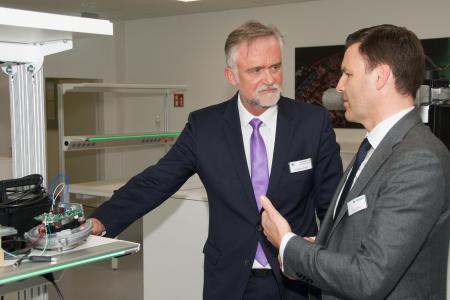 Feierliche Eröffnung des Entwicklungszentrums in Osnabrück: Links Oberbürgermeister Wolfgang Griesert, rechts Stefan Brandl, Vorsitzender der Gruppengeschäftsführung der ebm-papst Gruppe. Foto: ebm-papst