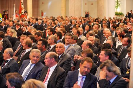 Geladene Gäste aus Wirtschaft und Politik bei der Ordensverleihung im großen Kursaal von Meran. Im Publikum Philipp Selva (2. v. rechts, vorne im Bild) (Bild: Dolomiten)