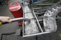 Die meisten Ruwac-Sauger bei Steinway & Sons saugen Holzspäne und –staub. Aber auch nach der Bearbeitung der Gussplatte werden sie benötigt. Der hier ab-gebildete Sauger ist mehr als dreißig Jahre alt.