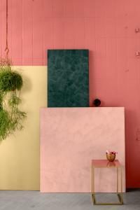 Waldgrün, Rosé und Messing bilden die zentralen Nuancen der ersten Farbwelt. Die farbliche Stimmung erinnert an jene Empfindungen, die der Spaziergang durch den Wald hervorruft, kombiniert mit überraschend akzentuierenden Rosé- und Rot-Nuancen. Ein edler Messington rundet die Harmonie ab. Foto: Caparol Farben Lacke Bautenschutz