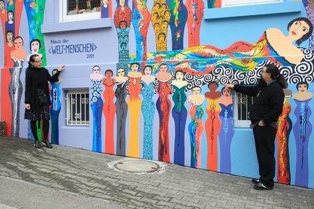 Das Haus von Ursula und Enzo Stragapede, umrahmt von ihren Welt-Menschen
