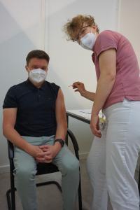 Auch HARTING Mitarbeiter Robin Ottemeier (links) ließ sich von Arzthelferin Andrea Grundei impfen