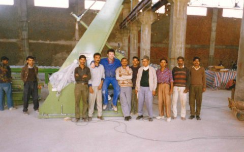 Indian premiere for Grenzebach: A stacking system for float glass was installed at an already existing conveyor technology in 1996.  Indische Premiere für Grenzebach: 1996 wurde ein Stapelsystem für Floatglas an einer bereits existieren-den Fördertechnik installiert.  Source/ Quelle: Grenzebach