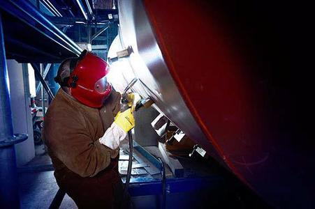 pipeSolution® steht für schnelles und absolut sicheres MAG-Wurzelschweißen – beim Fügen von Hand oder automatisiert. Voith Industrial Services nutzt die Vorzüge dieses neuen Schweißprozesses bereits für seinen Rohrleitungsbau Foto: EWM HIGHTEC WELDING