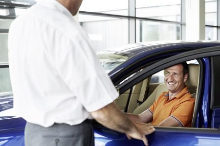 Auch ohne Fachkenntnis können Privatkäufer einen Gebrauchtwagen auf Herz und Nieren prüfen. Das Gesamtbild, die Fahrzeughistorie und das Serviceheft können wichtige Anhaltspunkte liefern