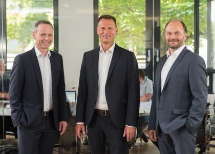 Christoph Hardt (rechts), Michael Wagner (links) und Büroinhaber Christoph Hitzler (Mitte) von Hitzler Ingenieure haben auch 2018 wieder auf Wachstum gesetzt. Foto: Hitzler Ingenieure/©DanielSchvarcz