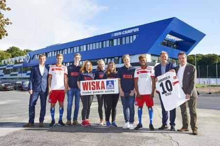 A strong team for another season: Dr Dieter Gudel, head of the HSV youth training centre, U21 players Matti Steinmann and Moritz-Broni Kwarteng and Heribert Bruchhagen, CEO of the HSV, together with WISKA vocational trainees Benedict Rüter, Leah Schmidt, Yessica Flohr, Monja Blödorn and Marvin Rühsen as well as Ronald Hoppmann, WISKA general manager (from left to right)
