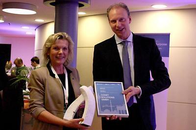 CONET-Geschäftsführerin Anke Höfer und Michael Kleist, Managing Director Area Central Novell, auf dem Attachmate Partner Summit in Berlin, Bild: CONET