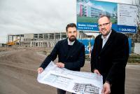 Die Bauarbeiten zum AVENTUS-Hauptsitz liegen voll im Plan. In wöchentlichen Projektbesprechungen stimmen Goldbeck-Projektleiter Henning Güttler (links) und AVENTUS-Geschäftsführer Kai Lammers die baulichen Schritte ab.