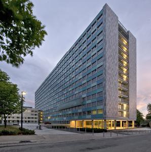 Zum Statistischen Bundesamt gehören am Hauptsitz in Wiesbaden fünf Gebäude. Im Blickpunkt des öffentlichen Interesses steht vor allem das 1952 von Regierungsbau-meister Paul Schaeffer-Heyrothsberge geplante Hochhaus. Es wurde von 1953 bis 1956 in Stahlskelettbauart errichtet und gilt seit 1995 als Kulturdenkmal