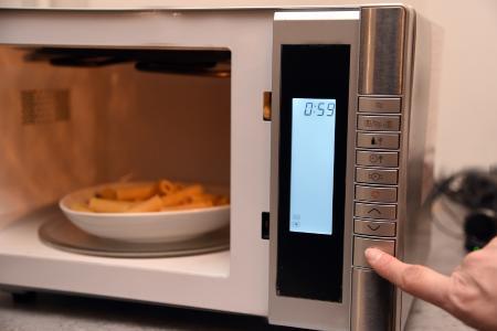 Kochplatten und Mikrowellen: TÜV SÜD gibt Tipps zur Anschaffung und Nutzung