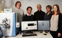 Sie arbeiten mit dem neuen Großgerät (von links nach rechts): Jun.-Prof. Dr. Timo Mühlhaus, Dr. Markus Räschle, Prof. Dr. Michael Schroda, Dr. Frederik Sommer und Prof. Dr. Zuzana Storchová, Foto: Koziel/TUK