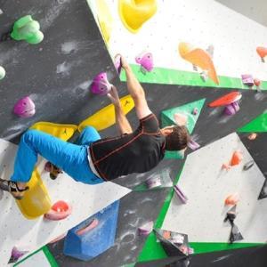 Um Schattenfreiheit an Überhängen mit idealen Kletterbedingungen für Boulderer zu erreichen kommt es auf die Positionierung an