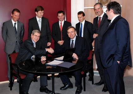 Signing of the agreement to continue the cooperation between BMW Group and PSA Peugeot Citroën in Paris on 27th January 2010