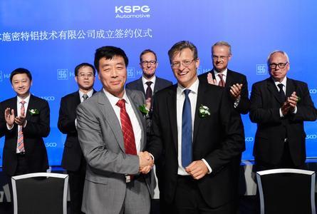 HASCO-Chef Zhang Haitao und KSPG CEO Horst Binnig (vorne r.) nach der Unterzeichnung des Joint Venture Vertrages