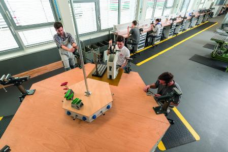 Blick in das neue Ausbildungszentrum der Firma Ganter in Furtwangen: Bedrunka + Hirth lieferte 22 hochwertige Reihenwerkbänke,  die den Anforderungen entsprechend farblich gestaltet und individuell konfiguriert wurden
