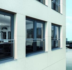Die neue kombinierte Absturzsicherung mit Stange und Glas für Schüco Kunststoff-Fenster vervollständigt das Produktportfolio um eine attraktive dritte Sicherungsmöglichkeit / Bildnachweis: Schüco International KG