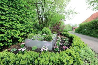 Einen besonderen Akzent bei der Bepflanzung von Gärten oder öffentlichen Grünanlagen setzen die glänzenden Hochbeete aus Aluminium oder Edelstahl der Richard Brink GmbH & Co. KG (Foto: Dipl.-Des. Sebastian Brink)