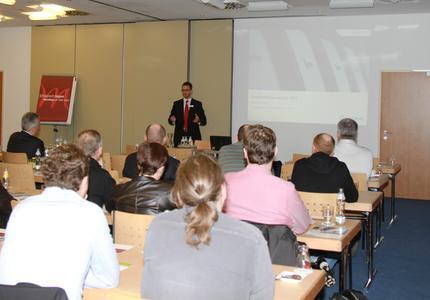 Ökologische Denkweise ist auch in Österreich in wichtiges Thema. Antonio Morata, Leiter Marketing & PR bei KBA-MePrint, weißt in seiner Präsentation auch auf die Umweltfreundlichkeit der wasserlosen Bogenoffsetmaschine hin