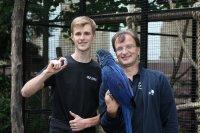 """""""Der Papagei scheint nicht schlecht  zu staunen - Raphael Huss (l.) mit dem Sensor-Ei und Zoodirektor Dr.  Matthias Reinschmidt"""", Foto: Cäcilia Schallwig/HKA;"""