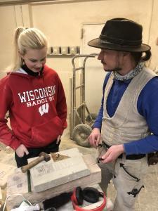 Den Beruf zum Steinmetz erkundete Rekordpraktikantin Charlotte bei Christian Schulz in Stuttgart / Foto: Handwerkskammer Region Stuttgart