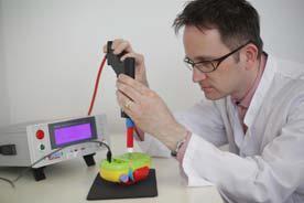 Ralph Dühring und seine Kollegen überprüfen Spielzeug auf Herz und Nieren. © Hohenstein Institute