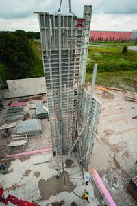 Setting up the formwork for the 15 m high fair-faced concrete walls.