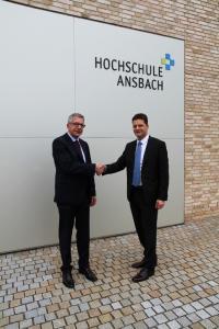 """Prof. Dr.-Ing. Jürgen Göhringer (rechts) und Dietmar Binert beschließen die weitere Kooperation und ermöglichen somit die Vorlesung """"Manufacturing Execution Systems"""" an der Hochschule Ansbach"""