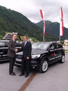 Jörg Astalosch von der AUDI AG (l.) überreichte Martin Ebster, Direktor des Tourismusverbandes St. Anton, die Schlüssel für drei Audi Q7, die den Repräsentanten der Gemeinde St. Anton in den nächsten Monaten zur Verfügung stehen