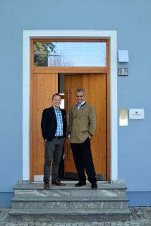 Holzbau ist Klimaschutz ! INTHERMO-Geschäftsführer Stefan Berbner (links) und Frithjof Finkbeiner (rechts), ehrenamtlicher Vorstand der Plant-for-the-Planet-Stiftung, sind sich einig, dass die Holzbauquote in allen Bundesländern rasch gesteigert werden muss, um einen nachhaltig wirksamen Beitrag zum globalen Klimaschutz zu leisten. Nach Angaben des Deutschen Holzwirtschaftsrates e.V. (DHWR) liegt die Holzbauquote im Mittel aller Bundesländer derzeit bei 17 Prozent. Foto: Achim Zielke für INTHERMO, Ober-Ramstadt; www.inthermo.de