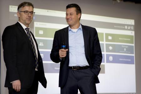 Thomas Jordans (AixConcept, rechts) und Dr. Uwe Bettscheider (Ritzefeld-Gymnasium)  Foto: Gerd Arnolds