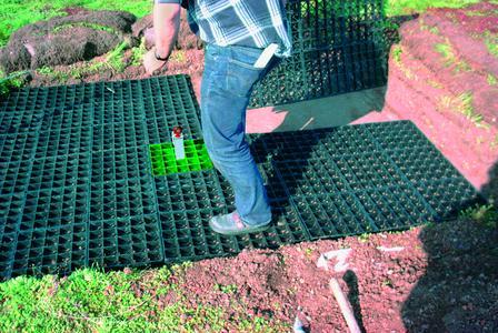 Das System Fallnet® SR besteht aus Rasterelementen, die den mittig platzierten Anschlagpunkt fixieren. Von der Begrünungsauflast gehalten, kommt dieses System ganz ohne Dachdurchdringung aus.  Ideal auch für den nachträglichen Einbau in Grün- oder Kiesdächer.