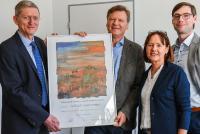 Dr. Christoph Asmacher (links), IHK Nord Westfalen, überreichte Peter Wedderhoff (2. v. l.), Geschäftsführer der WEDDERHOFF IT GmbH, die Jubiläumsurkunde für das 25-jährige Firmenbestehen. (Foto: WEDDERHOFF)