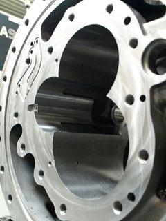 Romai-1004-kühlmittelgesteuerte Winkelköpfe-Bitzer-Bild1:Ohne Winkelkopf wären die Kühlmittelbohrungen in den Bohrungswandungen der Kolbenbohrungen nicht ohne Umspannen des Kompressorgehäuses zu bearbeiten.