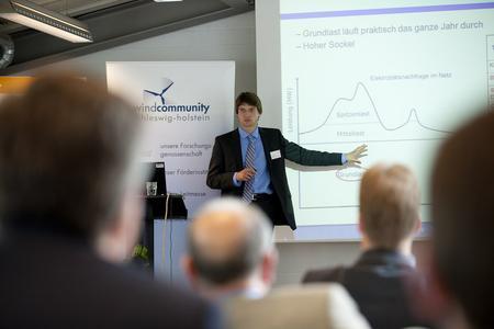 Helge Maas von der Universität Flensburg erläuterte die Mechanismen des Strommarktes (Foto: Andreas Birresborn/ windcomm)