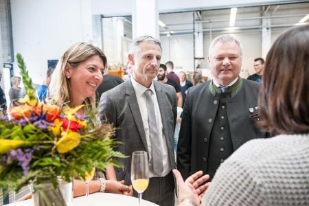 Geschäftsführerin Ramona Meinzer erläutert während der Feierstunde mit der gesamten Belegschaft auch externen Gästen die Investition in das neue Bearbeitungszentrum.