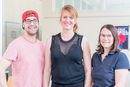 (v.l.) Hendrik Gerstmeyer, Sylvia Petrovic und Petra Hasselhoff-Styhler, drei Studierende aus dem Studiengang Angewandte Therapiewissenschaften, unterstützen das Team mit einer wöchentlichen Physio-Sprechstunde