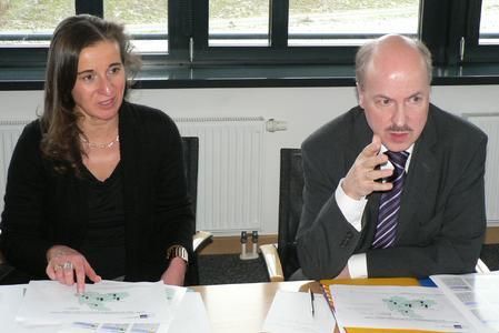 Präsentieren den Wirtschaftslagebericht für das 4. Quartal 2012: IHK-Hauptgeschäftsführerin Elke Schweig und der stv. IHK-Hauptgeschäftsführer Dr. Helmut Kessler (Foto: Marquart)