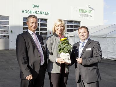 Im Beisein der Bayerischen Staatsministerin für Umwelt und Verbraucherschutz, Ulrike Scharf, weihten Reinhard Dietel, Geschäftsführer der rsb Bioverwertung Hochfranken GmbH (links), und Eric Priller, Geschäftsführer der REHAU Energy Solutions GmbH, die Bioabfallvergärungsanlage Hochfranken ein. Als Gastgeschenk gab es einen Blumentopf mit