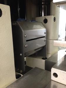 spray.xact reflection - Sprühkammer eingebaut in einen Stanzautomaten