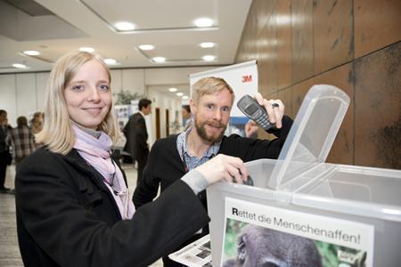 Mitarbeiter spenden ausgediente Handys - die Erlöse aus dem Recycling kommen einem Gorillaschutz-Projekt des Kölner Zoos im Kongo zugute